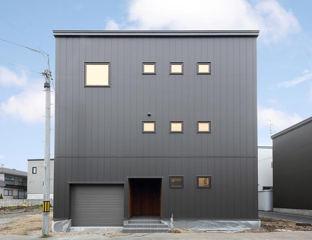 規則正しく並ぶ窓が印象的な家