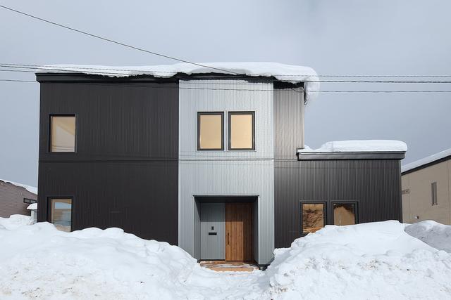 飾らない素材感のスタイリッシュな外観の家
